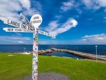 Столб знака на гроутах Джона o, Шотландия стоковые фотографии rf
