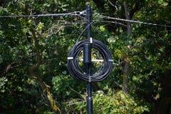 Столб линии электропередач с обветренным проводом Новый провод на поляке Стоковое Фото