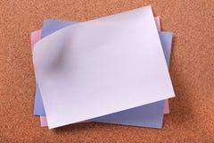 Столб различных других цветов липкий замечает предпосылку пробковой доски Стоковое Изображение RF