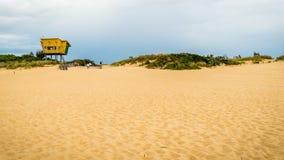 Столб спасения пляжа и личной охраны входа озер, сигналит внутри акции видеоматериалы