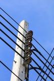 Столб электричества с линией кабелем Стоковые Изображения