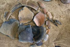 Столетие керамики 10-11 штукатурки и гончарни от славянского (и Викинги) старого поселения Стоковое Изображение RF