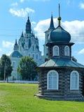 Столетие XIX-th спасителя часовни на фоне конструкции 1794-1823 церков Spaso-Transfiguration стоковая фотография