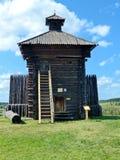 Столетие 1656 Xvii-th башни крепости с частью загородки походит русская деревянная крепость стоковая фотография rf