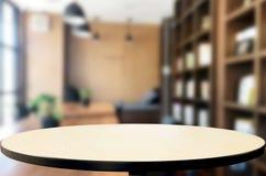 Столешница деревянной доски пустая и запачкать внутреннее над нерезкостью в coff стоковое изображение rf