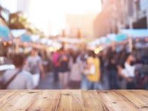 Столешница над запачканной предпосылкой людей ходя по магазинам на рынке f Стоковые Изображения RF