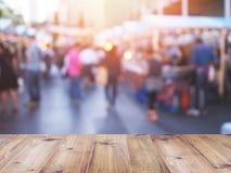 Столешница над запачканной предпосылкой людей ходя по магазинам на рынке f Стоковая Фотография