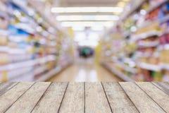 Столешница с предпосылкой конспекта нерезкости междурядья супермаркета Стоковое фото RF