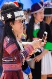 Столица Вьентьян, Лаос - ноябрь 2017: Девушка Hmong нося одежды Hmong традиционные во время торжества Нового Года Hmong внутри Стоковые Фотографии RF