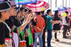 Столица Вьентьян, Лаос - ноябрь 2017: Девушка Hmong нося одежды Hmong традиционные во время торжества Нового Года Hmong внутри Стоковая Фотография