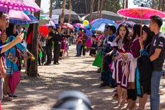 Столица Вьентьян, Лаос - ноябрь 2017: Девушка Hmong нося одежды Hmong традиционные во время торжества Нового Года Hmong внутри Стоковое фото RF