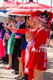 Столица Вьентьян, Лаос - ноябрь 2017: Девушка Hmong нося одежды Hmong традиционные во время торжества Нового Года Hmong внутри Стоковые Изображения RF