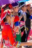 Столица Вьентьян, Лаос - ноябрь 2017: Девушка Hmong нося одежды Hmong традиционные во время торжества Нового Года Hmong внутри Стоковое Изображение
