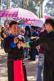 Столица Вьентьян, Лаос - ноябрь 2017: Мальчики Hmong нося их традиционные одежды Стоковое Изображение RF