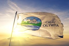 Столица города Олимпии штата Вашингтона ткани ткани ткани флага Соединенных Штатов развевая на верхнем тумане тумана восхода солн стоковая фотография rf