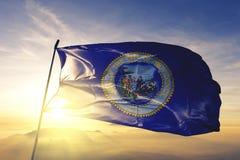 Столица города Провиденс Род-Айленда ткани ткани ткани флага Соединенных Штатов развевая на верхнем тумане тумана восхода солнца стоковые фото