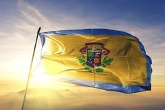 Столица города Чарлстона Западной Вирджинии ткани ткани ткани флага Соединенных Штатов развевая на верхнем тумане тумана восхода  стоковые изображения rf