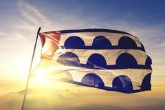Столица города Des Moines Айовы ткани ткани ткани флага Соединенных Штатов развевая на верхнем тумане тумана восхода солнца стоковая фотография rf