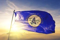 Столица города Helena Монтаны ткани ткани ткани флага Соединенных Штатов развевая на верхнем тумане тумана восхода солнца стоковое фото rf