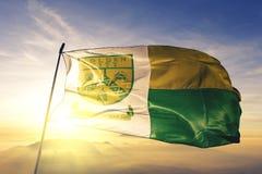 Столица города Topeka Канзаса ткани ткани ткани флага Соединенных Штатов развевая на верхнем тумане тумана восхода солнца стоковое фото