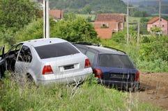 Столкновение 2 автомобилей на сельской проселочной дороге стоковое фото rf