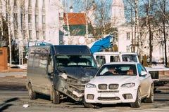 столкновение 2 автомобилей Разбили минибус и кроссовер SUV роскоши стоковое изображение
