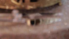 Столовый прибор на таблице со скатертью золота сияющей сток-видео