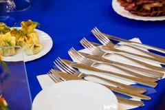 Столовый прибор: ножи, вилки и плиты на шведском столе catering стоковые изображения rf