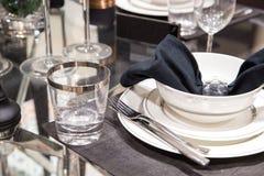 Столовый прибор сервировки человека официанта на таблицах стоковая фотография
