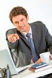 стол бизнесмена указывая сидящ вы Стоковые Изображения RF