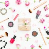 Стол женщины с подарочной коробкой, розовыми розами, косметиками, дневником на белой предпосылке Взгляд сверху Плоское положение  Стоковая Фотография RF