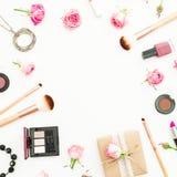 Стол женщины с подарочной коробкой, розовыми розами, косметиками, дневником на белой предпосылке Взгляд сверху Плоское положение  Стоковая Фотография