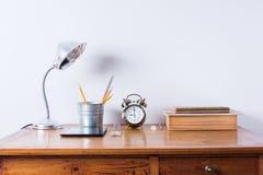 Стол офиса лампы будильника аксессуаров деревянный Стоковое Фото