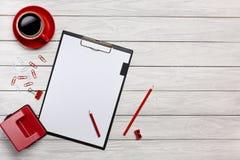 Стол офиса мыши клавиатуры бумажных зажимов часов чашки кофе тетради белой папки доск таблицы красный Стоковые Фотографии RF