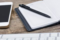 Стол офиса с компьютером, повесткой дня и телефоном клавиатуры Стоковое Изображение RF