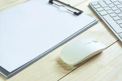 Стол офиса с космосом экземпляра Приборы беспроводная клавиатура и мышь цифров на таблице офиса с блокнотом, вы можете применитьс стоковые фотографии rf
