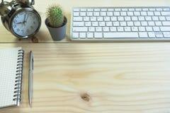 Стол офиса с космосом экземпляра Приборы беспроводная клавиатура и мышь цифров на таблице офиса с блокнотом, вы можете применитьс стоковое фото rf