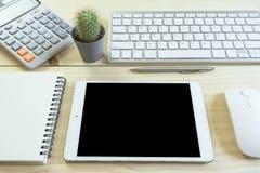 Стол офиса с космосом экземпляра Приборы беспроводная клавиатура и мышь цифров на таблице офиса с блокнотом и чашкой кофе, вы мож стоковые фотографии rf