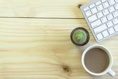 Стол офиса с космосом экземпляра Приборы беспроводная клавиатура и мышь цифров на таблице офиса с блокнотом и чашкой кофе, вы мож стоковая фотография rf