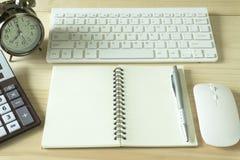 Стол офиса с космосом экземпляра Приборы беспроводная клавиатура и мышь цифров на таблице офиса с блокнотом и чашкой кофе, вы мож стоковая фотография
