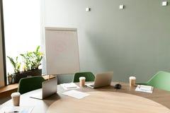 Стол переговоров с компьтер-книжками в конференц-зале офиса с никто стоковые фотографии rf