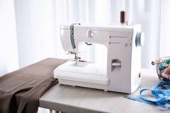 Стол портноя с швейной машиной стоковое изображение rf