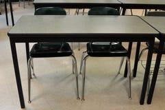 Стол школы с 2 пустыми стульями стоковое фото rf