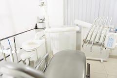 Стоматологическая комната с различными инструментами доктора Стоковые Фото