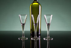 3 стопки и бутылка Стоковые Фото