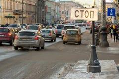 Стоп знака улицы в центре большого города спешка часа обои вектора движения варенья автомобилей асфальта безшовные Стоковое Фото