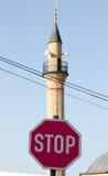 Стоп знака уличного движения перед минаретом и вероисповеданием Стоковые Фотографии RF