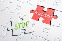 Стоп и расизм слов в отсутствующей мозаике части стоковые фотографии rf