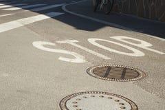 СТОП дорожного знака стоковые изображения