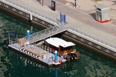 Стоп парома Дубай RTA где граждане и туристы могут пересечь канал используя небольшой паром стоковые фотографии rf